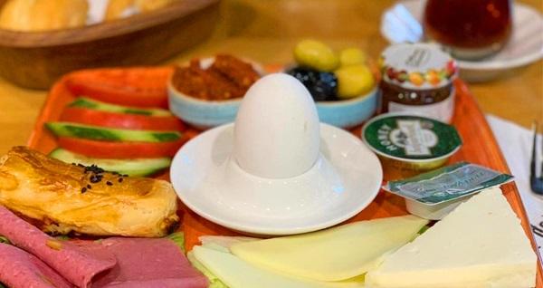Beylerbeyi Değirmen Pastanesi'nde enfes lezzetlerden oluşan kahvaltı tabağı kişi başı 35 TL yerine 17,50 TL! Fırsatın geçerlilik tarihi için, DETAYLAR bölümünü inceleyiniz.