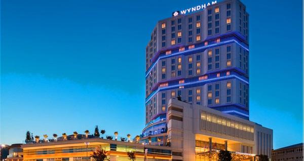 Wyndham Grand İstanbul Europe Hotel'de çift kişi 1 gece konaklama, açık büfe kahvaltı, spa kullanımı, odaya özel pasta ve içecek ikramı