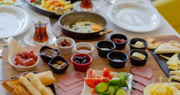Zirve Cafe Sarıyer'de serpme kahvaltı ve sınırsız çay keyfi 40 TL! Fırsatın geçerlilik tarihi için DETAYLAR bölümünü inceleyiniz.