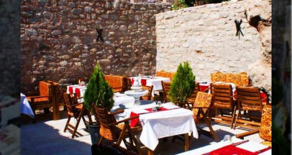 Sultanahmet Şerbethane Cafe & Restaurant'ta canlı fasıl ekibi eşliğinde zengin iftar menüsü 77 TL! Bu fırsat 6 Mayıs - 3 Haziran 2019 tarihleri arasında, iftar saatinde geçerlidir.