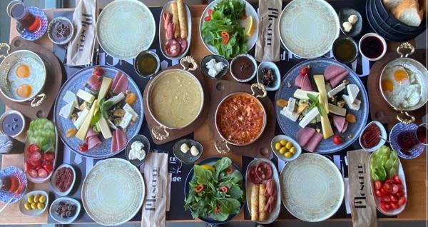 Küçük Çamlıca Moncher Lounge'de manzara eşliğinde serpme kahvaltı