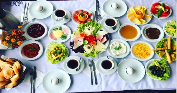 Uludağ Yolu üzerinde yer alan Şahintepe Restaurant'ta sobanın sıcaklığı ve eşsiz manzara eşliğinde serpme kahvaltı keyfi kişi başı 30 TL yerine 19,90 TL! Fırsatın geçerlilik tarihi için DETAYLAR bölümünü inceleyiniz.