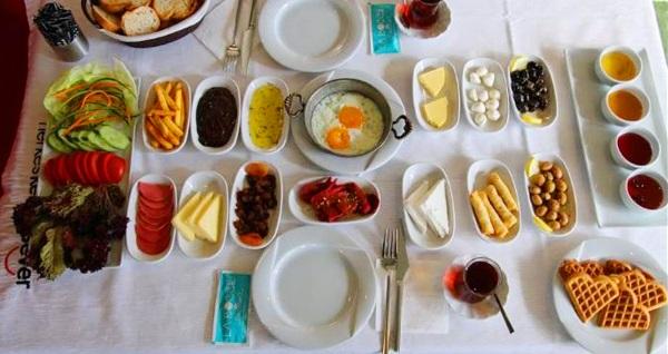 La Bocce Cafe'de pankek ve sınırsız çay eşliğinde zengin serpme kahvaltı kişi başı 19,90 TL! Fırsatın geçerlilik tarihi için, DETAYLAR bölümünü inceleyiniz.