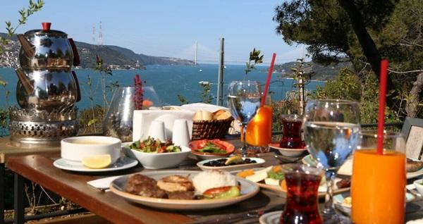 Sarıyer Çamlık Garden'da doğa ve deniz manzarası eşliğinde iftar menüsü 69 TL! Bu fırsat 6 Mayıs - 3 Haziran 2019 tarihleri arasında, iftar saatinde geçerlidir.