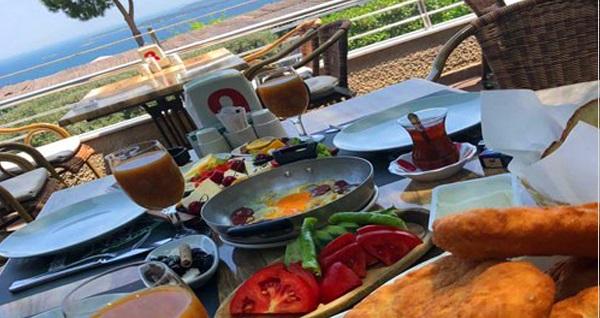 Urla Panorama Restaurant'ta lezzet dolu serpme kahvaltı keyfi kişi başı 28 TL! Fırsatın geçerlilik tarihi için DETAYLAR bölümünü inceleyiniz.