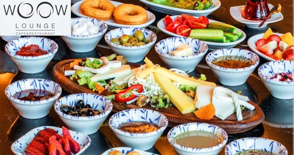 Woow Lounge Cafe'de tadına doyamayacağınız lezzetlerden oluşan serpme kahvaltı menüsü 29,90 TL! Fırsatın geçerlilik tarihi için DETAYLAR bölümünü inceleyiniz.