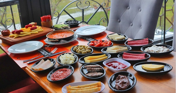 Taş Devri Cafe'de Türk kahvesi eşliğinde 2 kişilik serpme kahvaltı 69,90 TL! Fırsatın geçerlilik tarihi için DETAYLAR bölümünü inceleyiniz.