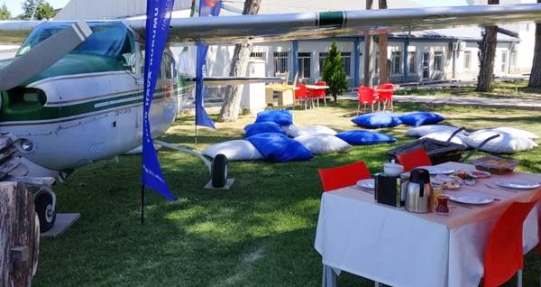 Etimesgut Türk Hava Kurumu Üniversitesi Fly Garden'da uçağın gölgesinde enfes serpme kahvaltı keyfi kişi başı 29,90 TL! Fırsatın geçerlilik tarihi için, DETAYLAR bölümünü inceleyiniz.