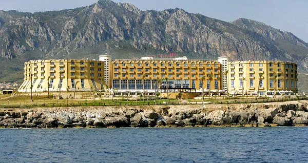 Girne Merit Park Hotel'de ULTRA HER ŞEY DAHİL uçaklı konaklama paketleri kişi başı 1.269 TL'den başlayan fiyatlarla! Detaylı bilgi ve size en uygun fiyatların sunulması için hemen 0850 532 50 76 numaralı telefonu arayın!