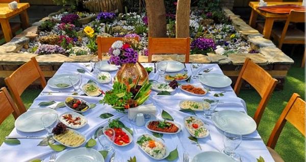 Çınar ağaçlarının serinliğinde Yakacık Esinti Kır Evi'nde enfes lezzetlerden oluşan iftar menüsü 79 TL! Bu fırsat 6 Mayıs - 3 Haziran 2019 tarihleri arasında, iftar saatinde geçerlidir.