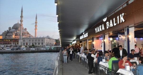 Galata Yaka Balık'ta İstanbul manzaralı enfes iftar menüsü 110 TL yerine 69 TL! Bu fırsat 6 Mayıs - 3 Haziran 2019 tarihleri arasında, iftar saatinde geçerlidir.