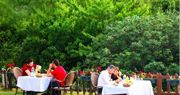 Anadolu Feneri Taşlıhan Restaurant'ta Boğaz manzarasına nazır iftar menüsü 79,90 TL! Bu fırsat 6 Mayıs - 3 Haziran 2019 tarihleri arasında, iftar saatinde geçerlidir.