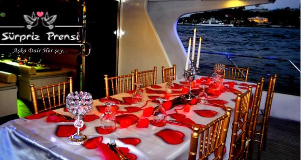 Sürpriz Prensi Yatları ile sevgililer günü, doğum günü, evlilik teklifi ve evlilik yıl dönümlerine özel tekne turu! Fırsatın geçerlilik tarihi için DETAYLAR bölümünü inceleyiniz.