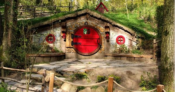 """Malitur ile günübirlik serpme kahvaltı ve öğle yemeği dahil """"Yedigöller, Ormanya Hobbit Evleri Turu"""" Tur kalkış tarihleri için, DETAYLAR bölümünü inceleyiniz."""