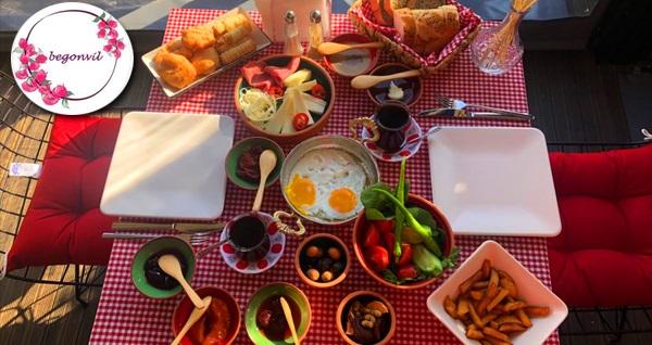 Begonvil Kahvaltı'da boğaz manzarası eşliğinde ev yapımı reçellerden oluşan zengin serpme kahvaltı
